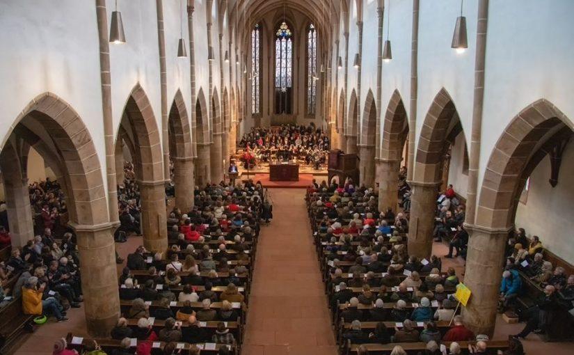 Die Glocken der Stiftskirche hallen nach – Kundgebung in der Stiftskirche erfährt vollen Zuspruch