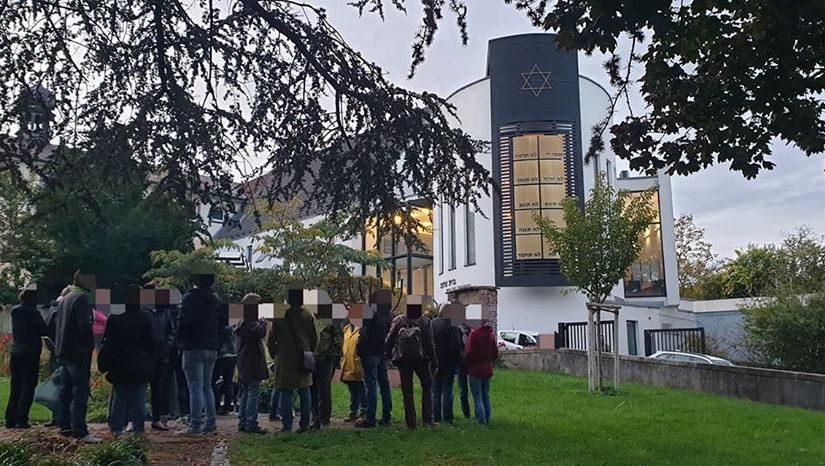 Mahnwache im Garten der Synagoge in Speyer